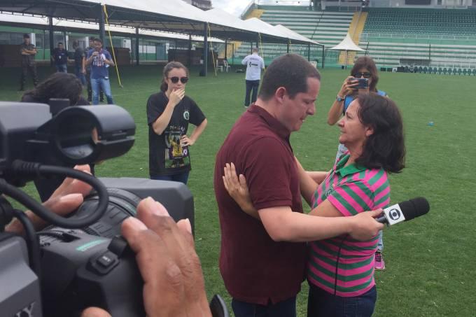 Mãe de ídolo da Chape morto em acidente conforta repórter