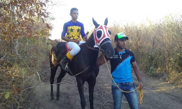 Tradicional corrida de cavalos na comunidade Boi Morto