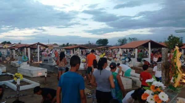 Centenas de pessoas fazem visitas em cemitérios da cidade de Agricolândia
