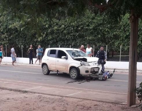 Colisão entre carro e moto deixa uma pessoa ferida na PI-236 na saída de Água Branca