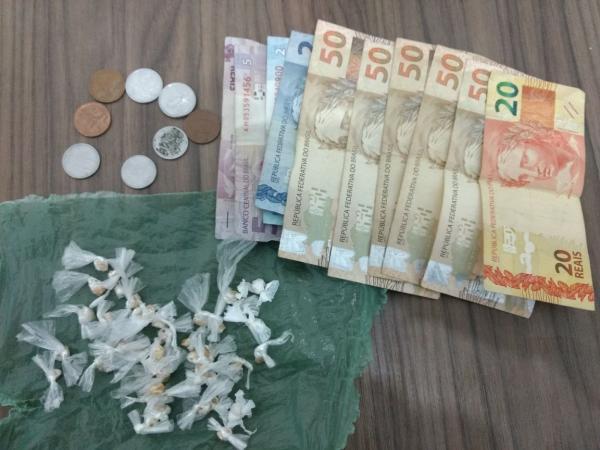 Dupla é presa suspeita de tráfico de drogas escondida em motocicleta em Angical