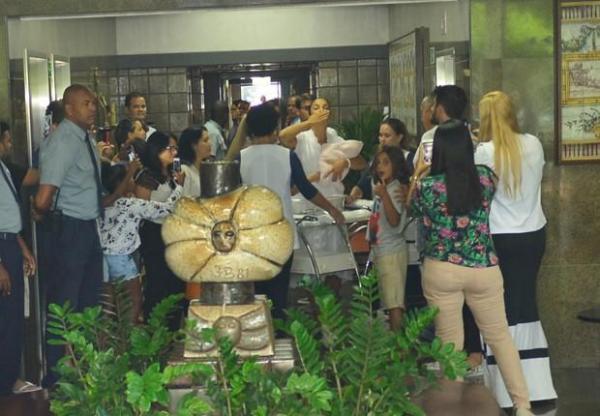 Ivete Sangalo deixa maternidade com as gêmeas, em Salvador