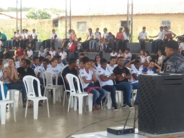 Cabo Giordanio da Força Tática Ministra Palestra para Alunos de Escola de Tempo Integral