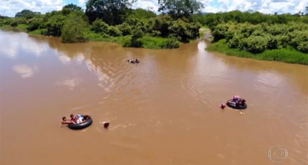 Fantástico mostra crianças atravessando rio em boias para chegar à escola em Campo Maior