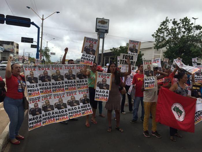 Manifestantes fazem ato contra a prisão de Lula em Teresina