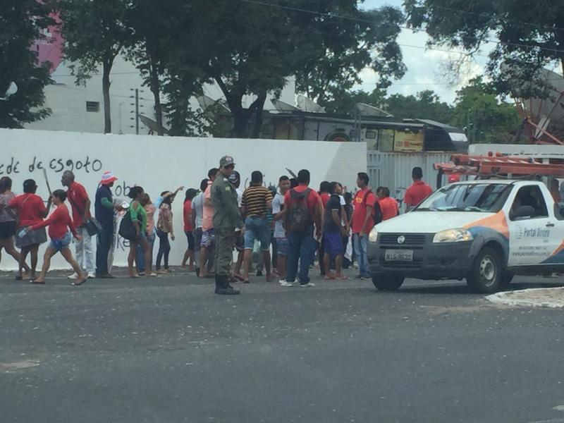 Manifestantes Picham Muro da TV Clube em Teresina