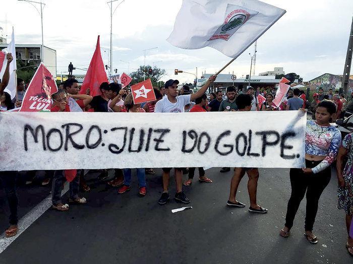 Militantes do MST bloqueiam a Avenida Frei Serafim