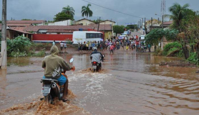 Riacho transborda e população fica ilhada em cidade da região de Picos