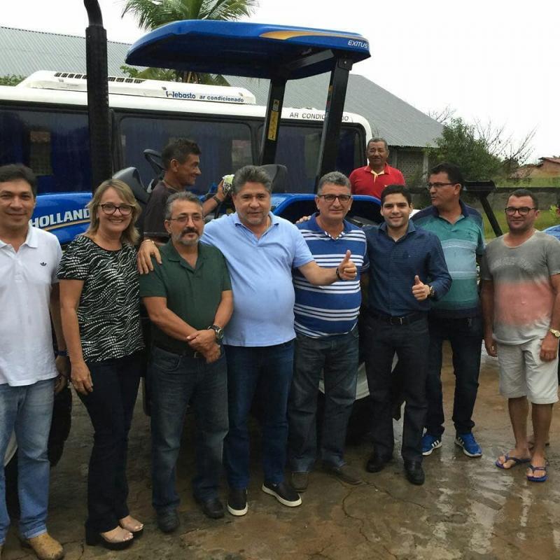 Deputado João Madison entrega Trator para Associação de Produtores em Barras