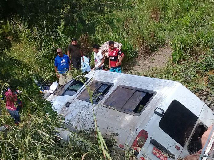 Van Com 17 Pessoas Tomba Na 'Rodovia Da Morte' No Sul Do Piauí
