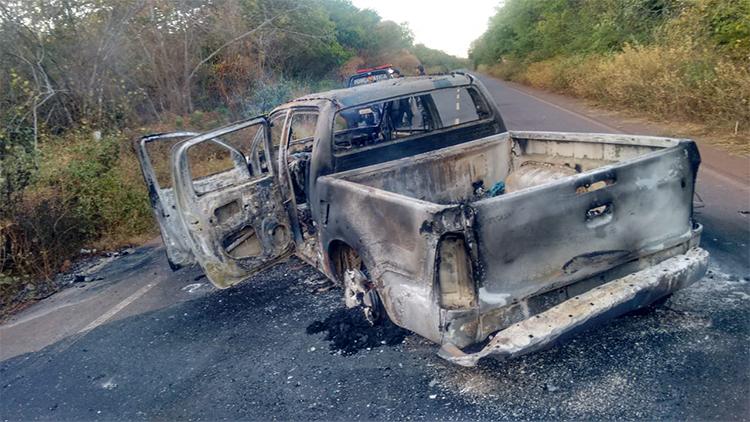 Bando explode dois bancos e Correios e queima pick-up durante perseguição