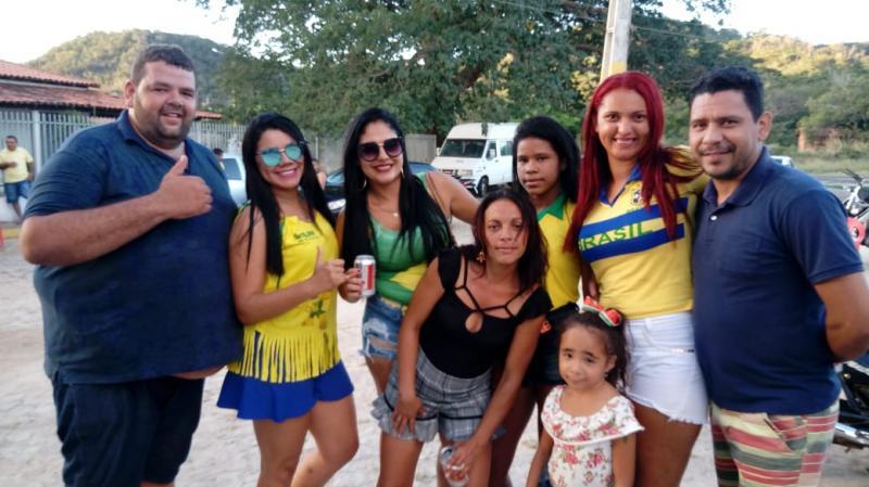 Torcedores de Estaca Zero se Reúnem para Assistir o Jogo da Seleção Brasileira