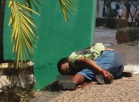 Homem esfaqueado vai pedir socorro e morre na calçada do 5º BPM