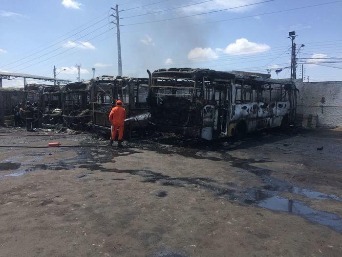 Incêndio destrói 7 ônibus da empresa Transcol em Teresina