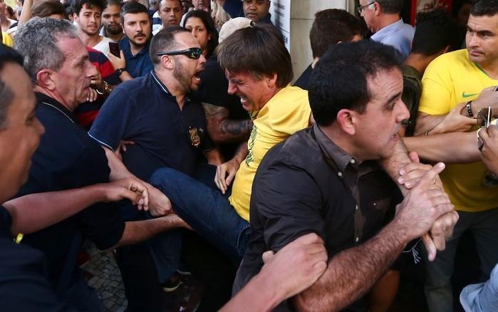 Jair Bolsonaro leva facada durante campanha em Minas Gerais