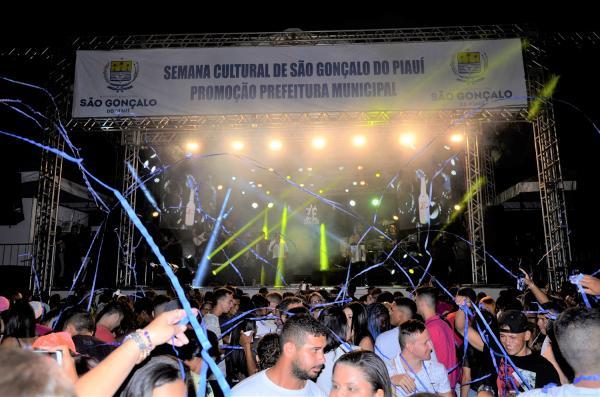 Show com Zé Cantor marca mais uma noite do Festejo de São Gonçalo do Piauí