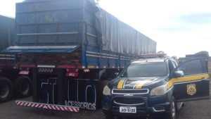 PRF apreende caminhão com 60 toneladas de madeira ilegal no PI