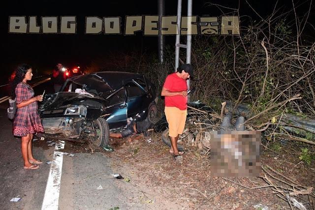 Colisão entre carro e moto deixa dois mortos e um ferido na BR-402