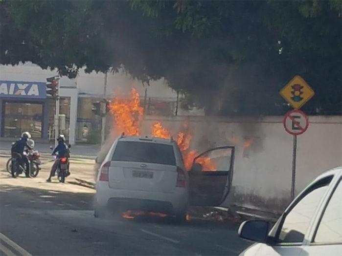 Carro incendeia na avenida Vilmary e casa é incendiada na Vila da Paz