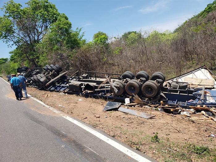 Caminhão carregado de produtos tóxicos tomba na BR-135 no PI