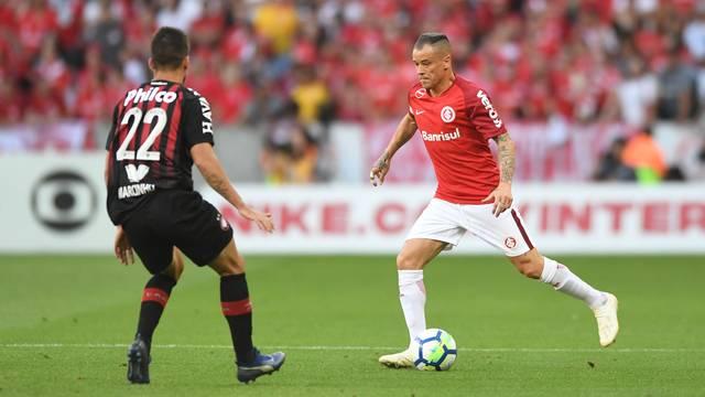 De virada e com um pênalti no fim, Inter vence o Atlético-PR no Beira-Rio e fica em vice