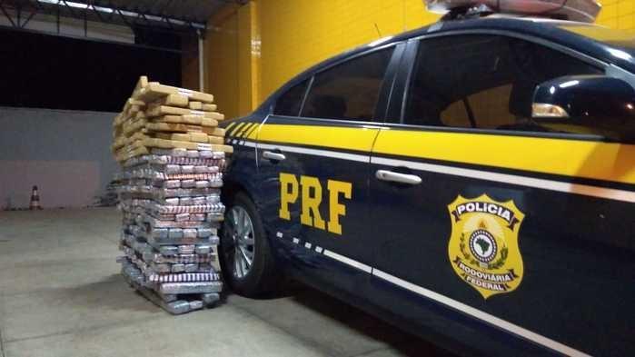 PRF prende condutor que transportava 300 kg de drogas no caminhão