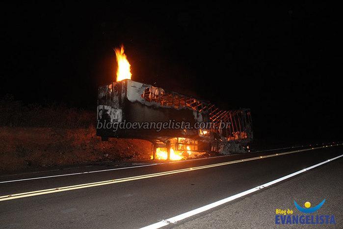 Carreta pega fogo na BR-407 em Paulistana e toda carga é perdida