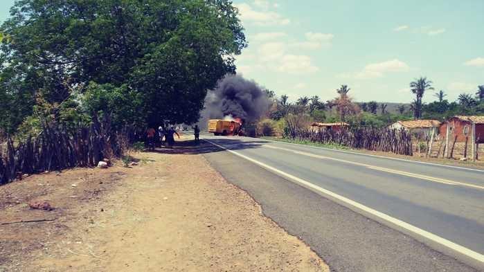 Bandidos fortemente armados explodem carro-forte na BR-230