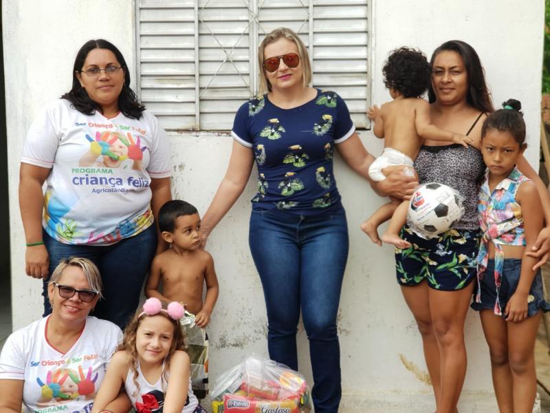 Primeira Dama de Agricolândia Kelly Alencar entrega Cesta Básica e Brinquedos em varias comunidade