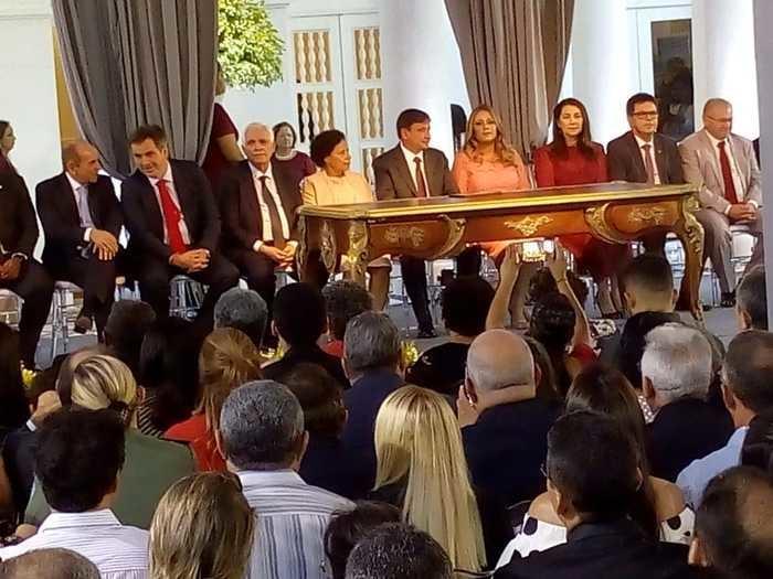 Wellington Dias recebe a faixa de governador de sete crianças