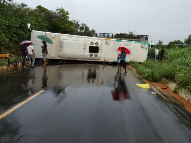 Acidente com ônibus deixa pessoas feridas na BR 135 no Sul do Piauí