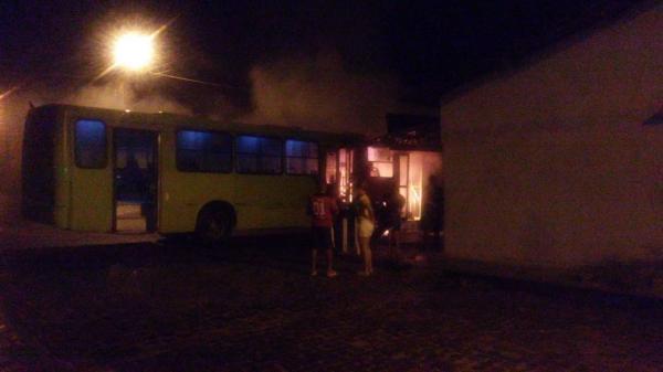 Assaltantes roubam passageiros e ateiam fogo em ônibus na zona Sul