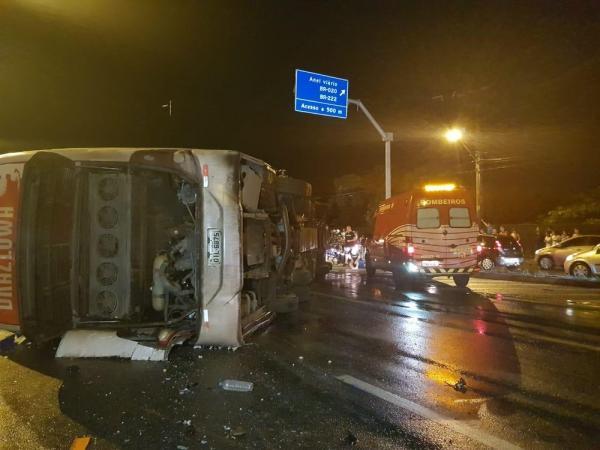 Ônibus do cantor Tony Guerra tomba na BR-116 e deixa feridos em Fortaleza