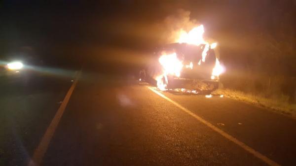 Carro-forte pega fogo na rodovia BR-343 após possível pane elétrica