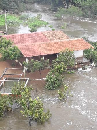 Águas ultrapassam contenção de Barragem e alagam casas e bares no PI