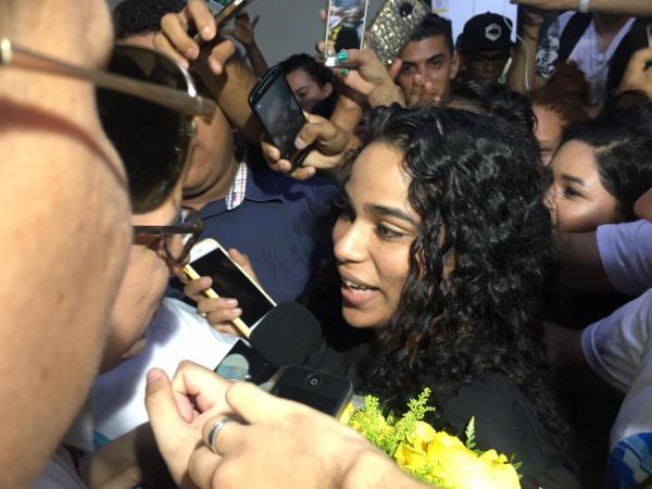 Elana desembarca no Aeroporto de Teresina e é recebida por multidão de fãs