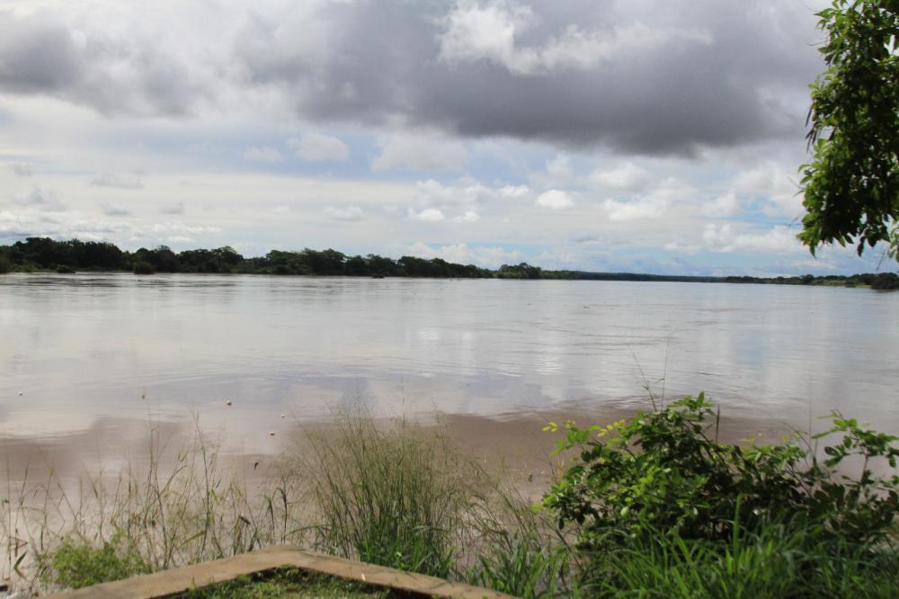 Águas do Rio Poti começam a tomar Avenida Cajuína em Teresina