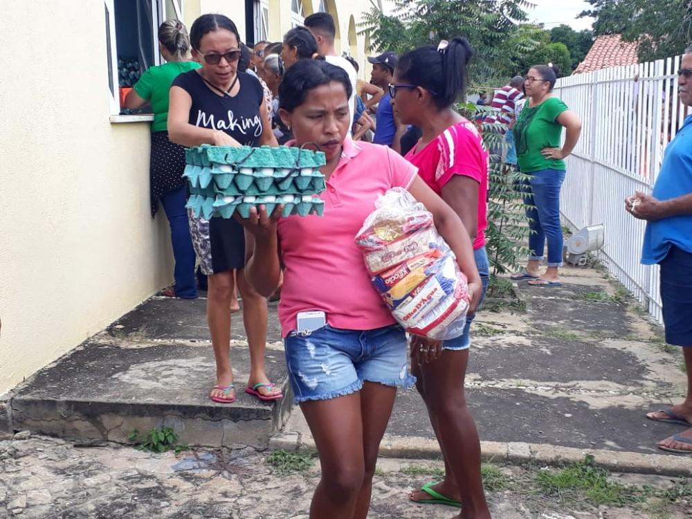 Prefeitura de Santo Antônio dos Milagres Distribui Peixe e Cestas Básicas para a População