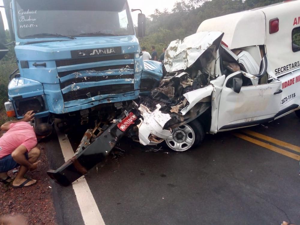 Acidente envolvendo ambulância e carreta deixa um morto na BR-135
