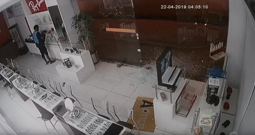 Criminoso quebra vidro de ótica e realiza arrastão no Centro