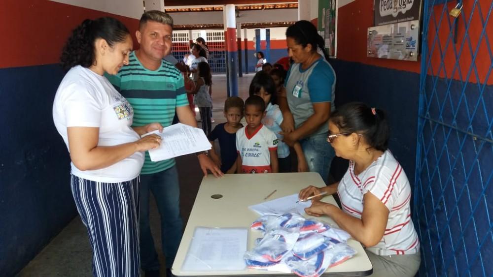Prefeitura de Agricolândia entrega Fardamento para Alunos da Rede Municipal de Ensino