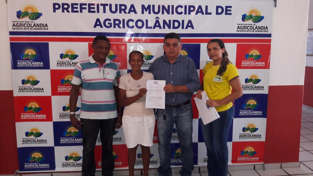 Prefeito Walter Alencar assina Ato de Aposentadoria de funcionárias em Agricolândia