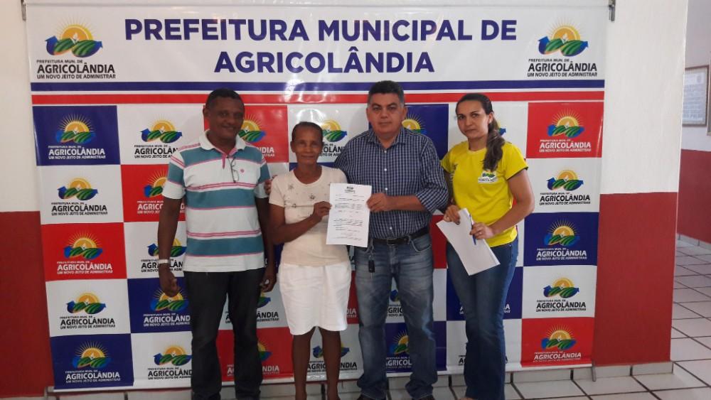 Prefeito Walter Alencar assina Ato de Aposentadoria de funcionária em Agricolândia