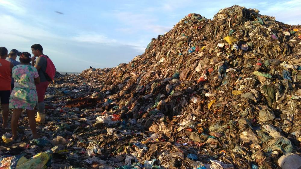 Retroescavadeira mata catador de lixo no aterro sanitário de Teresina