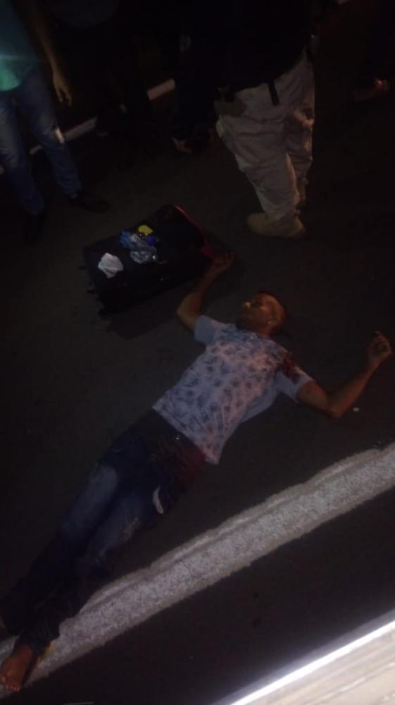 Bandido morre em luta com passageiro durante assalto a ônibus