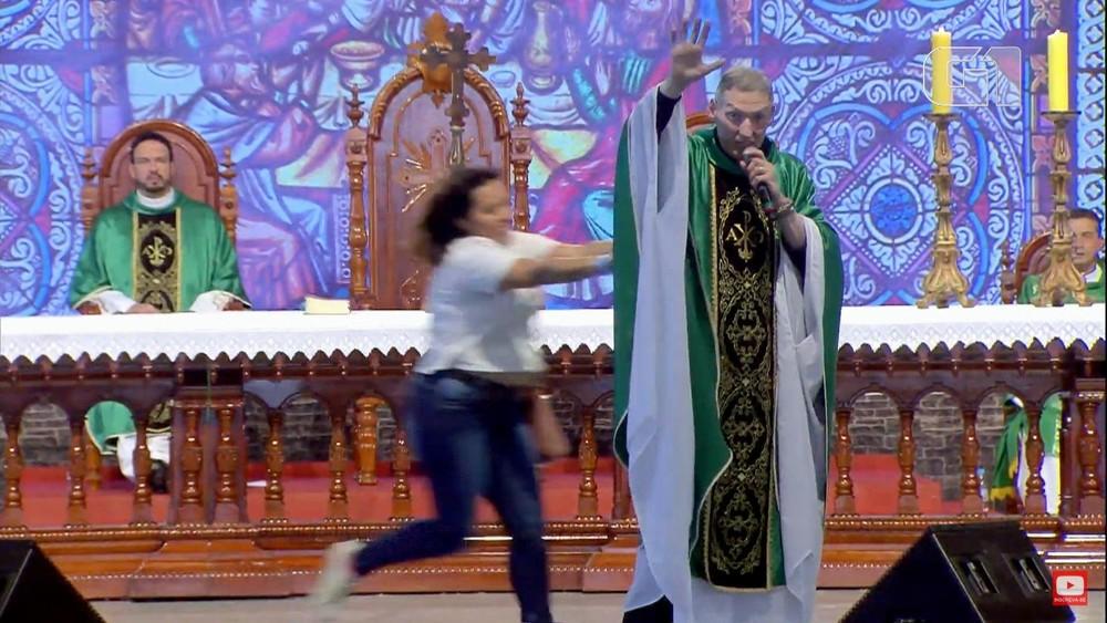 Mulher empurra e derruba Padre Marcelo Rossi de palco em missa