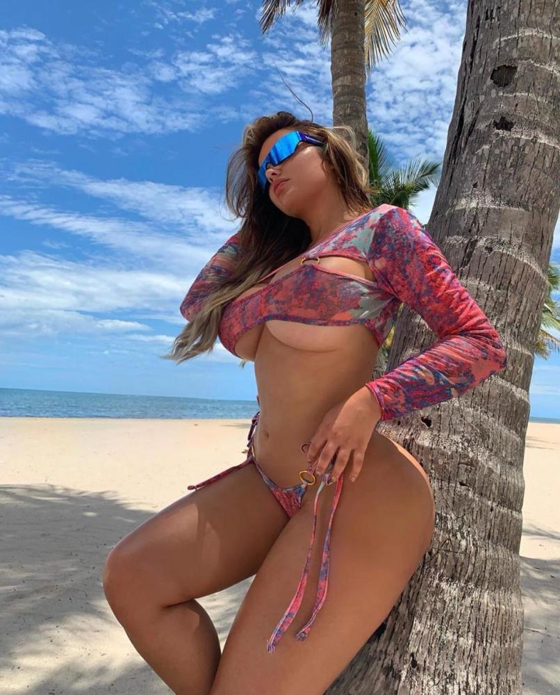 Sósia de Kim Kardashian, modelo russa incendeia web com fotos sensuais