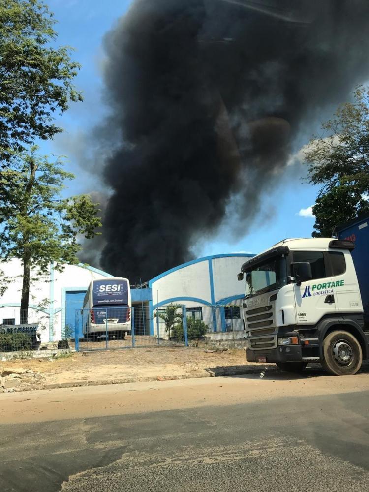 Incêndio de grandes proporções atinge fábrica na z. Sul de Teresina