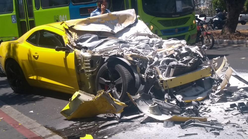Camaro fica destruído após colidir em ônibus na zona Leste de Teresina