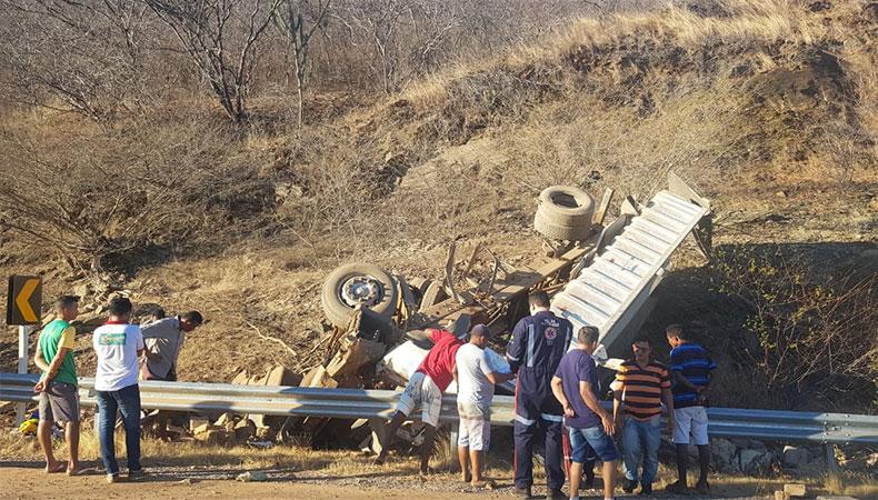 Acidente com caçamba carregada de pedras mata 5 pessoas no Piauí